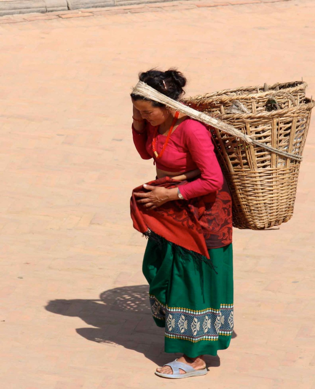 The way to wear a basket in Nepal